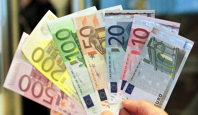 THE EURO ARRIVES AT BOSNIAN BANKS.